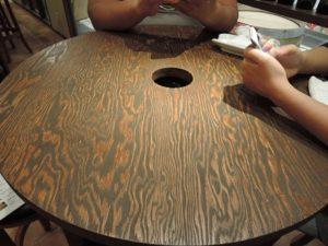 合板のテーブル